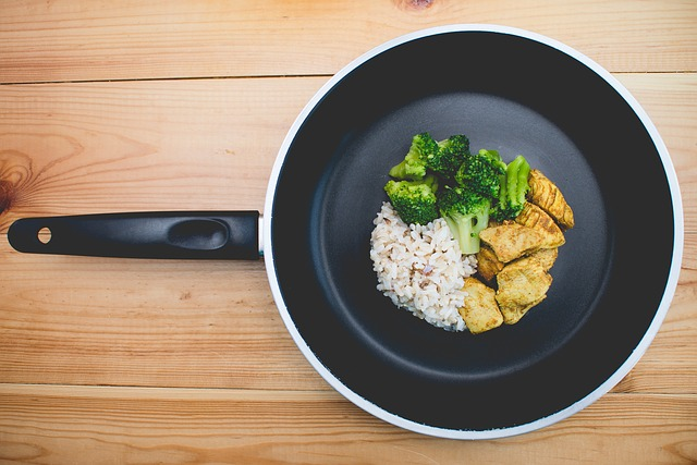 pánev, rýže a maso