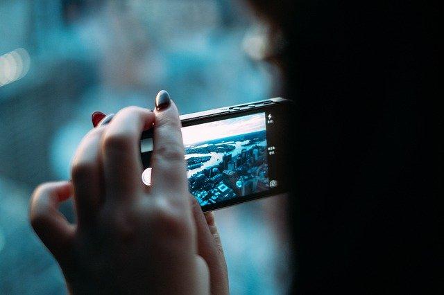 mobilní telefon při focení