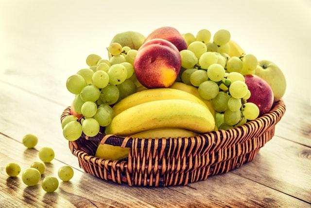 košík s ovocem, hrozny, banány